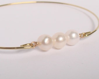 Genuine freshwater beads and gold bangle - Bridal pearl bracelet - Bridesmaid gift - Everyday jewelry - Minimalist jewelry