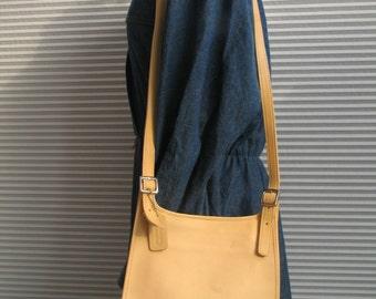 Leather Coach Creme Saddle Pouch Hippie Bag Slim Flap Messenger Cross Body Bag A0P 9135#  small medium purse in excellent vintage condition.