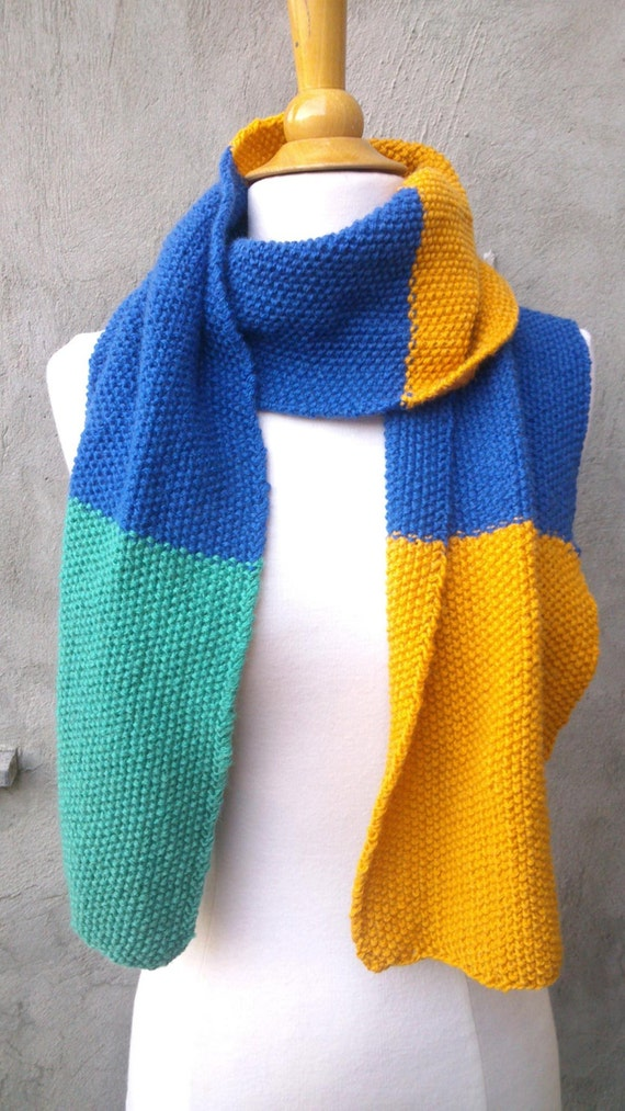 Colorblock scarf in seed stitch knitting pattern by PuceKnitting