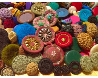 Lot of over 500 fabric and leather buttons, vintage bottons, old fabric covered buttons, leather knotted buttons, Lot D