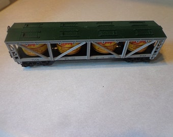 2 Lionel electric train cars Libbys crushed pinneapple vat car,Republic Steel car with load