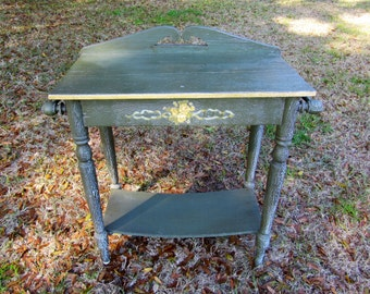 Shabby cottage green chippy paint accent table / country cottage / French Proventil / side table / chippy paint