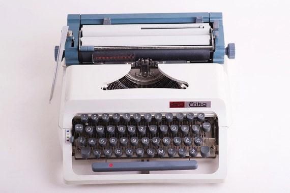 erika daro dactylographier vintage blanc et bleu machine. Black Bedroom Furniture Sets. Home Design Ideas