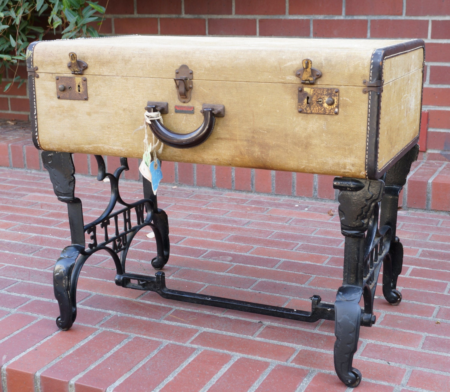 🔎zoom - Vintage Suitcase Coffee Table With Antique Sewing Machine Base