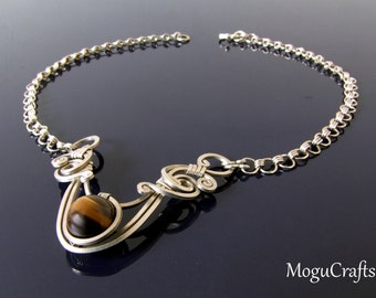 Subtle short necklace with a tiger eye