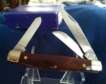 Vintage Queen Cutlery Pocket knife with wood handles. Mint condition. NOS