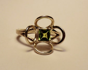 Silver peridot flower ring size O