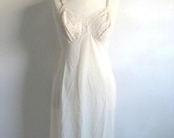 Vintage 1970s Lace Full Slip VANITY FAIR Beige Lace Undergarment Small 34S