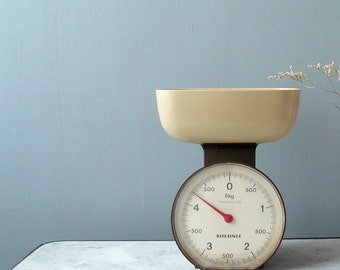 Vintage scale. 1970s kitchen scale. Brown and cream Soehnle scale.