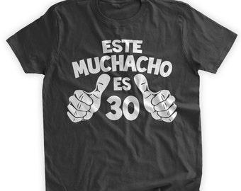 Este Muchacho Es 30 T-Shirt Spanish T-Shirt Birthday Shirt 30th Birthday Gift Dirty 30 castellano espanol Spanish Mens Ladies Womens T-shirt