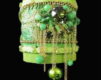 Bracelet manchette textile de créateur brodé en soie, bohême romantique gipsy, vert anis, fait main par kalani