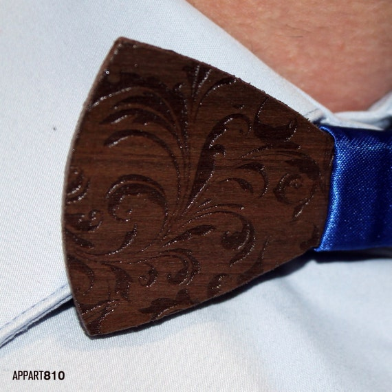 Voltaire 1958. Bow tie of Walnut wood cut and engraved laser textured Voltaire 1958.