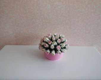 1:12 DOLLHOUSE Center with flowers, white and pink.
