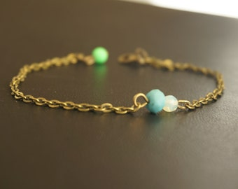 Elegant and subtle bracelets-link chain antique brass with colored beads