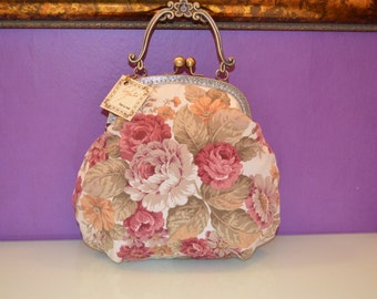 bag with floral pattern and kiss clasp
