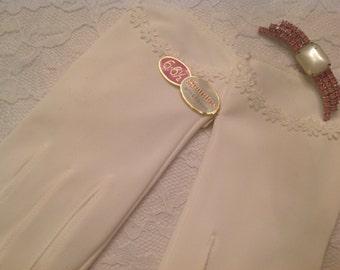 Grandoe White Gloves ~  Daisy Trim ~ Wedding Formal Attire ~  Ladies Clothing ~ NOS ~ Evening Wear ~ Gift Giving ~ Bridesmaid ~ Mother~Bride