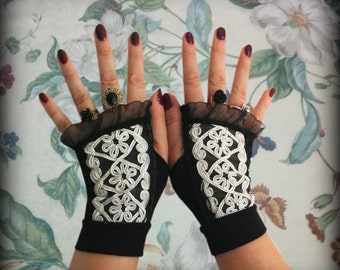 Fingerless gloves black with white lace