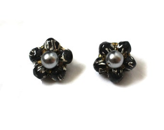 vintage earrings 50's jewelry bead cluster black gray pearl flower setting clip on 1950's