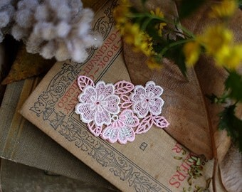 2 pair of white and pink dichromatic lace flower