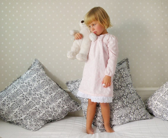 Super soft and warm hooded robe for kids; great for cool winter nights and is suitable for both Boys and Girls Lined with