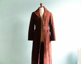 Vintage long coat suede leather / bordeaux marsala dark dusty pink / fitted / buttoned / with collar / small medium