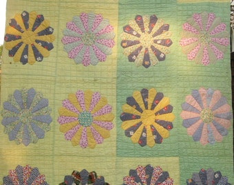 Antique DRESDEN PLATE Vintage Quilt - A SWEETHEART
