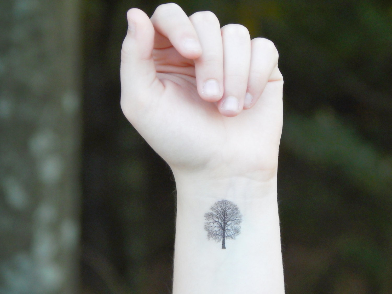 tatouage temporaire tatouage arbre arbre de ch ne. Black Bedroom Furniture Sets. Home Design Ideas