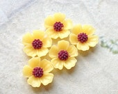 11 mm Yellow Resin Flower Cabochons  (.s)