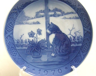 "Royal Copenhagen Christmas Plate 1970 ""Christmas Rose and Cat"""