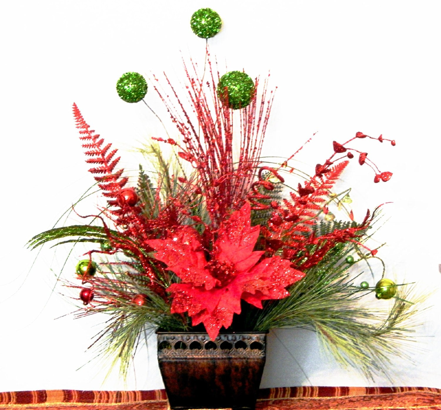 Christmas arrangement w poinsettia by pataylafloraldesigns for Poinsettia arrangements