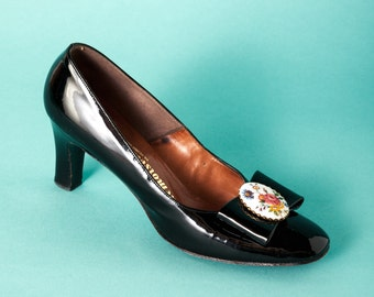 Vintage 1960s patent leather pumps / bows and floral cameos on toes / size 7 narrow