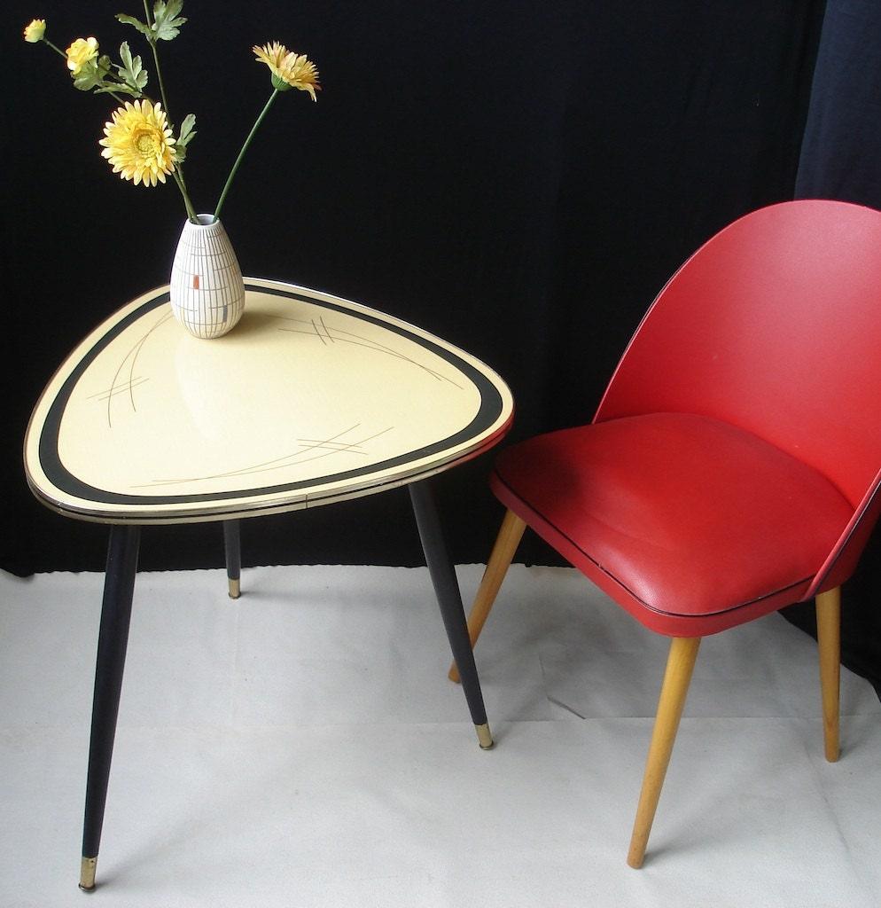 vintage couchtisch dreieckstisch dreibein elegant. Black Bedroom Furniture Sets. Home Design Ideas