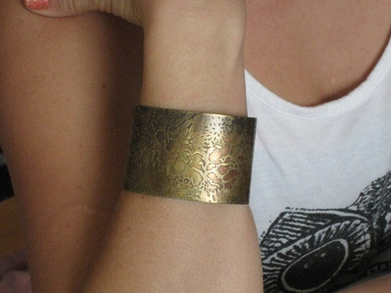 Deep in the ocean - Cuff with a unique organic pattern in Nugold - Handmade - One of a kind