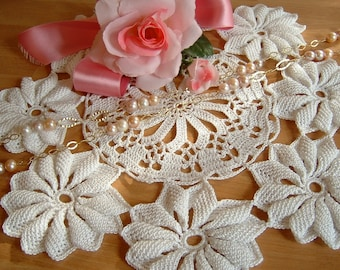 The Center performed hand crocheted with daisies. Romantic centrepiece. Doily shabby chic. White cotton lace. Crochet home