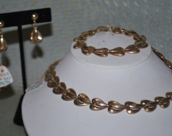 Vintage  Lustern Gold Tone Necklace, Bracelet, and Clip on Earrings