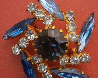 A430) A lovely vintage gold tone blue rhinestone glass brooch