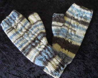 Fingerless mittens with cable decoration