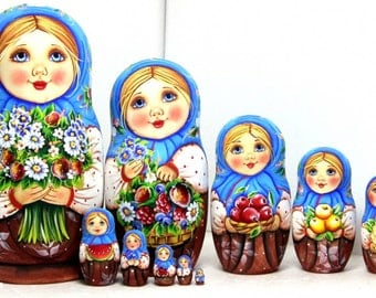 Nesting doll - Multicoloured matryoshka russian dolls with a bouquet of flowers kod945