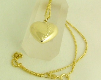 Timeless elegance: plastic heart with shell necklace