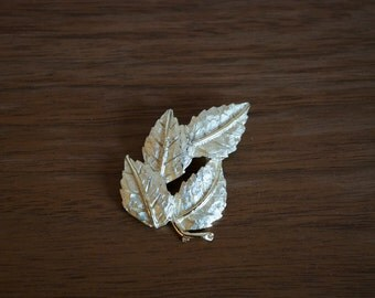 Vintage pin - gold leaves - vintage jewelry