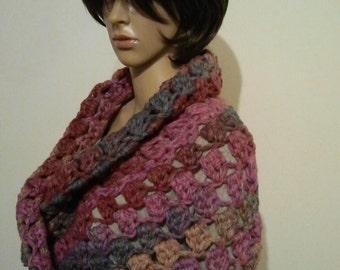 Thick crochet Möbiusschal in pink blue notes