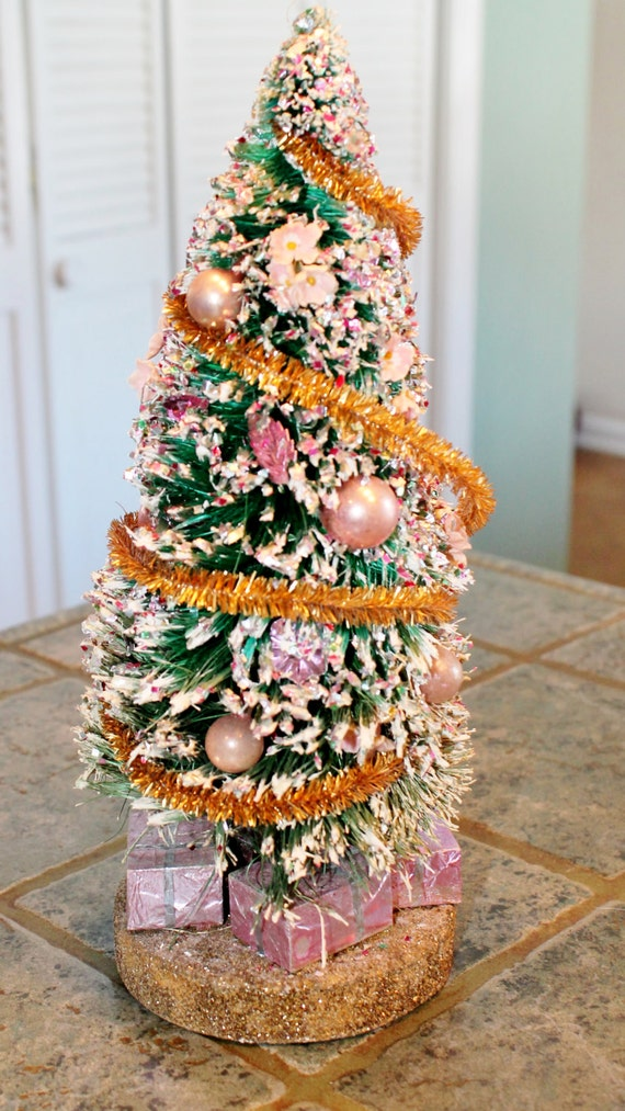Check out these easy ways to decorate with bottlebrush trees this Christmas. Turning your home into a winter wonderland is easier than you think. Handmade Bottle Brush Trees with Yarn, Twine, Garland, & Rope Add some holiday decor to your kitchen hutch with metallic blue and silver ornaments and white bottlebrush Christmas trees.