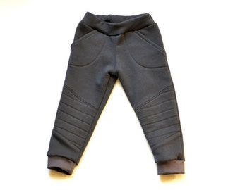 Moto slimfit pants organic cotton: dark grey sweatpants. Comfy, warm en nice pants for tough little toddler boys!