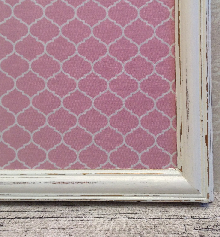 tableau d 39 affichage babillard aimant recouvert tissu rose. Black Bedroom Furniture Sets. Home Design Ideas