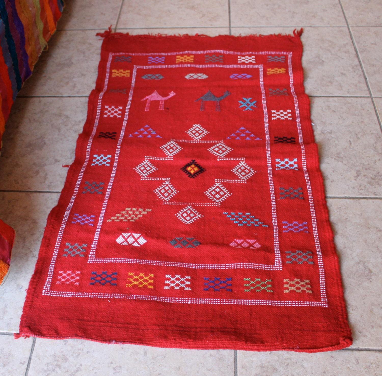 petit tapis marocain fait main rouge avec des motifs. Black Bedroom Furniture Sets. Home Design Ideas