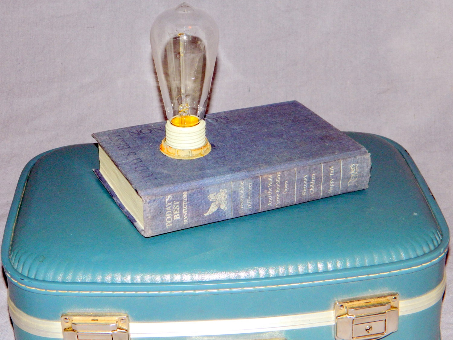 upcycled lampe vintage buches lampe buch lampe tischlampe. Black Bedroom Furniture Sets. Home Design Ideas