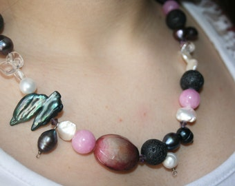 Elegant and classy necklace with fresh water pearls, agates et volcanic stones