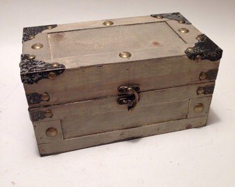 Off White Vintage Distressed Essential Oil Trunk/Box/Storage/Rack/Chest holds 18 (15ml) bottles/nail polish/Apothecary