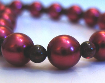 Elegant short necklace, pearls and garnets, with 925 sterling silver clasp.