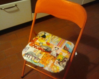 Folding chair covered in fabric with exclusive design Gattobancarella., upon request, be sold with matching pillow.
